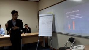Seorang peserta pelatihan calon pebisnis sedang memaparkan dalam bahasa Inggeris mengenai kinerja usahanya di depan fasilitator di kampus President University, Cikarang, Kabupaten Bekasi (foto : Siti Rabiah)