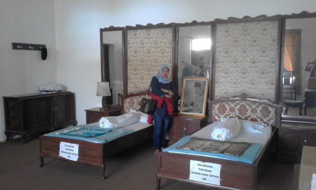 Kamar tidur pribadi Bung Karno di tempat pengasingan (foto dok Sitti Rabiah)