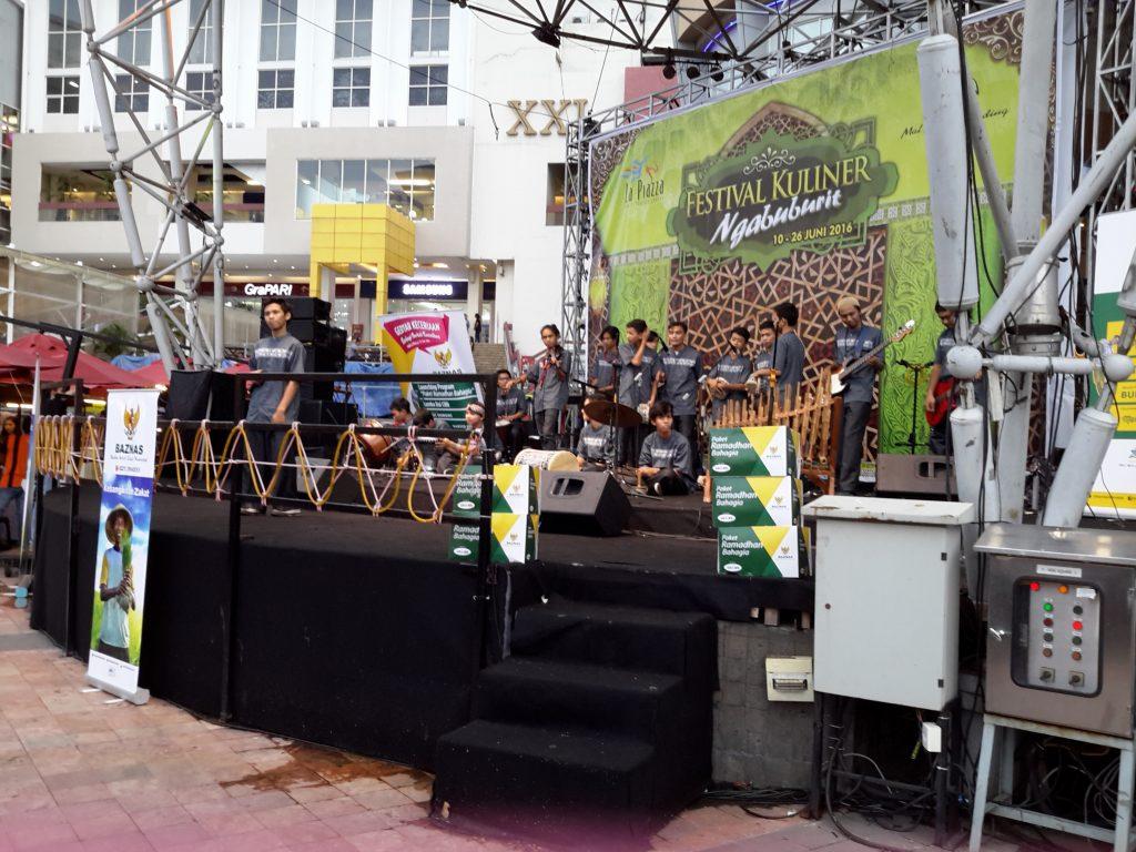 Hiburan di panggung utama menemani berbuka puasa (foto : Sitti Rabiah)