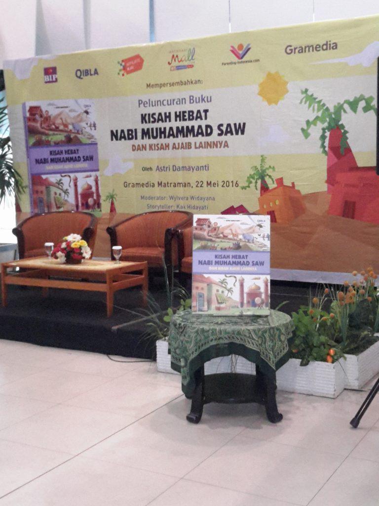 Menjelang acara bedah buku di Gramedia Matraman Jakarta Timur (foto : Sitti Rabiah)