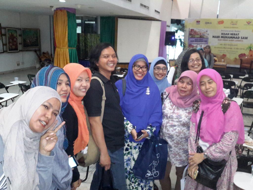 Teman-teman Astri Damayanti dari komunitas blogger di acara bedah buku karyanya di Gramedia Matraman Jakarta Timur (foto : Sitti Rabiah)