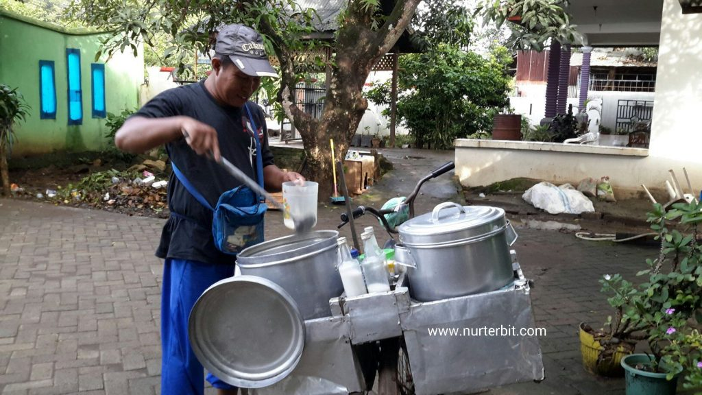 Daeng Usman, tukang bubur keliling dari Kota Makassar (foto : Nur Terbit)
