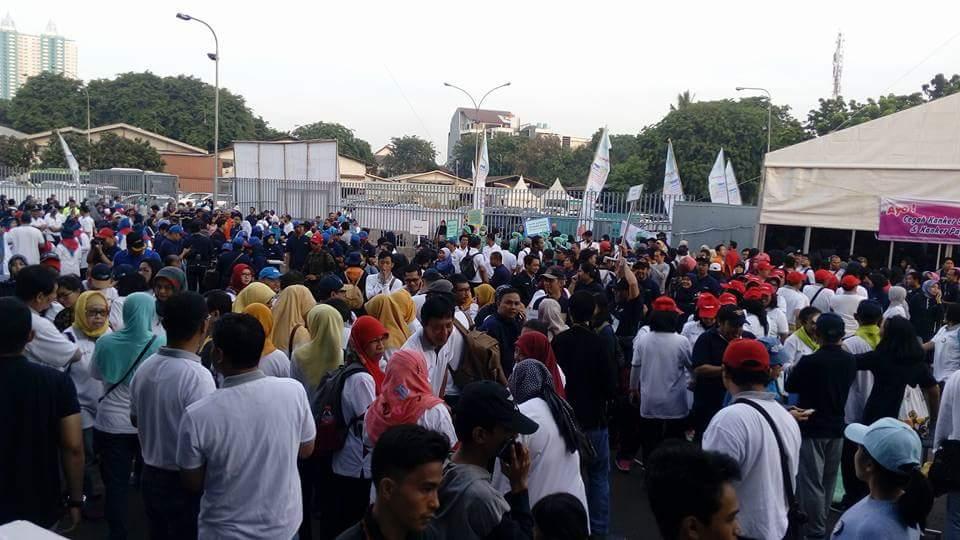 Peserta Gerak Jalan Sehat berkumpul di lapangan terbuka PRJ Kemayoran (foto : Nur Terbit)