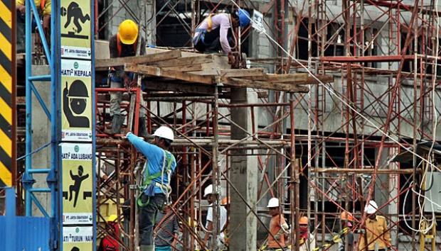 Pekerja konstruksi dengan peralatan K3 (foto : Tempo)