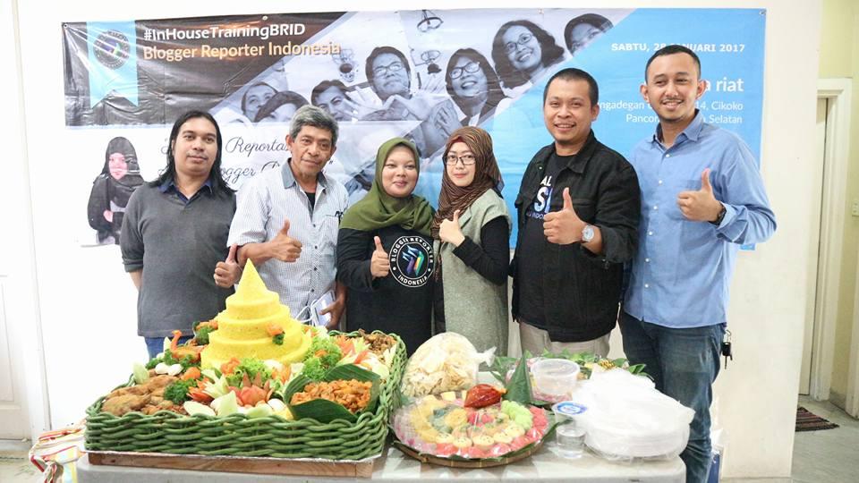 Para Admin BRID bersama Mas Wahyu Vidyanto, pengusaha muda nasi tumpeng (foto BRID/Hazmi Fitriyasa)