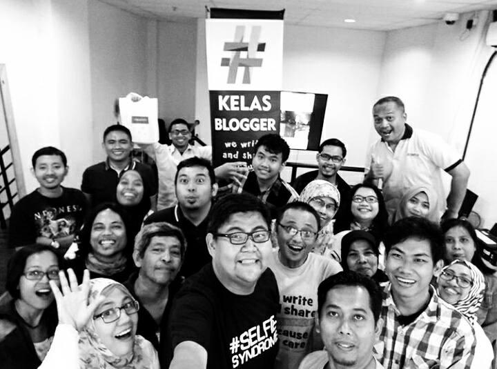 Peserta #KelasBlogger bergambar bersama narasumber Mas Aryo dari Oppo (foto: Syaifuddin Sayuti)