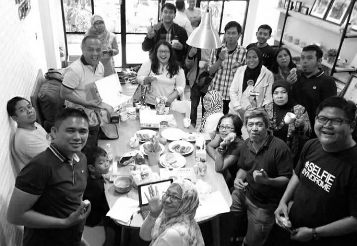 Saat rehat dari pelatihan, peserta #KelasBlogger mencicipi makanan ringan yang dibawa sendiri oleh peserta, bergambar bersama narasumber Mas Aryo dari Oppo (foto: Syaifuddin Sayuti)