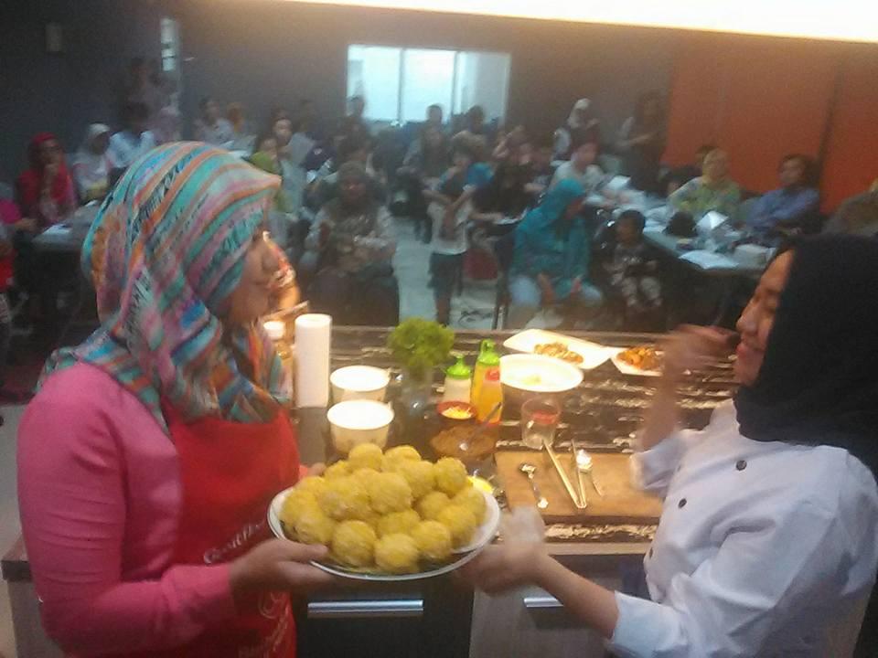 Chef Nurul bersama asistennya sedang memperlihatkan kue kroket isi daging kepada peserta demo masak (foto Nur Terbit)