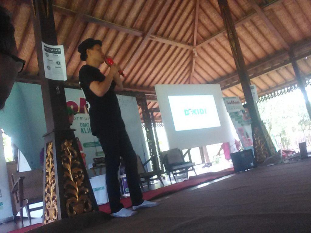 Mas Ferry Yuniardo sedang mengajar bagaimana agar blogger anti baper di acara Blogger Day (foto Nur Terbit)