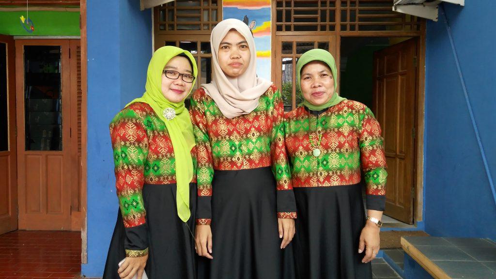 Tim Guruku dari kiri ke kanan: Ibu Yayuk Pujiastuti, Ita Rosita dan saya (foto dok pribadi)