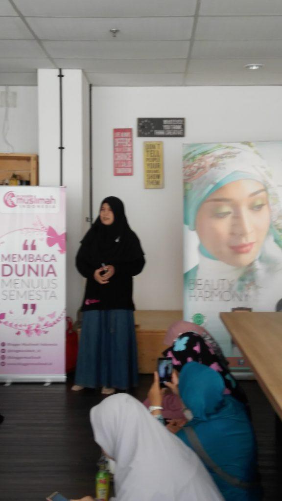 Bunda Novia Syahidah Rais, founder Blogger Muslimah sedang memberi sambutan (foto Bunda Sitti Rabiah)