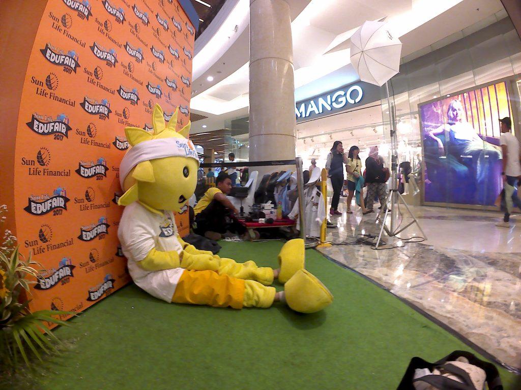 Boneka maskot dari Sun Life sedan istirahat setelah menghibur pengunjung Edufair 2017 (Foto: Siti Rabiah)