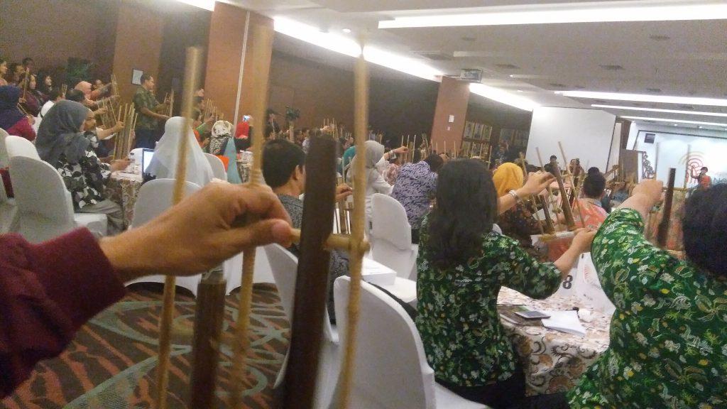 Suasana selingan bermain angklung di sela acara Anugerah Pancawara di Kementerian Perdagangan Jakarta (foto Nur Terbit)