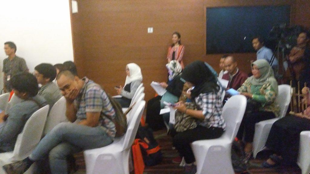 Awak media dan blogger berbaur saat jumpa pers Anugerah Pancawara di Kementerian Perdagangan Jakarta (foto Nur Terbit)
