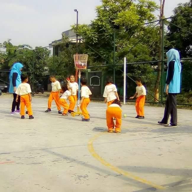 Tim guru sedang melatih anak murid dalam kegiatan bola keranjang (foto dok pribadi)