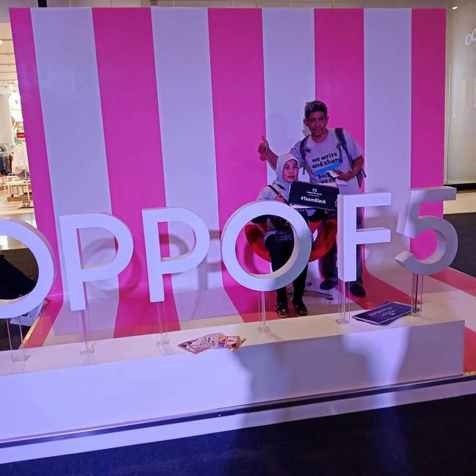 Narsis di salah satu stand OPPO F5 saat penjualan perdana (foto dok pribadi)
