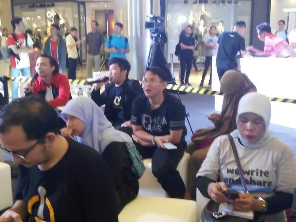 Saya paling kanan, ikut menyaksikan penjualan perdana OPPO F5 di Central Park Mall Jakarta Barat (foto dok pribadi)
