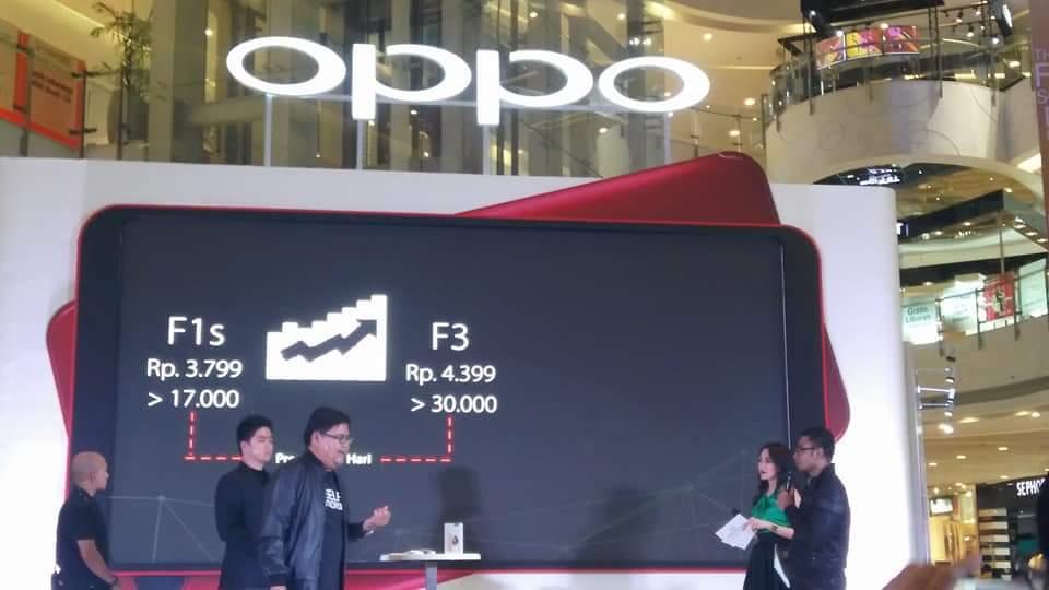 Penjualan perdana OPPO F5 di Central Park, Jakarta Barat (foto : Sitti Rabiah)