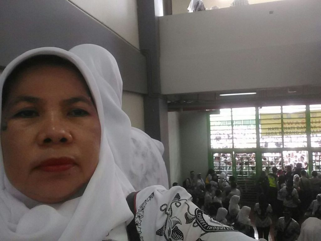 Masih pagi-pagi sudah antre di pintu Stadion Patriot Candrabagha, Kota Bekasi untuk hadir di acara Hari Guru (foto dok pribadi)