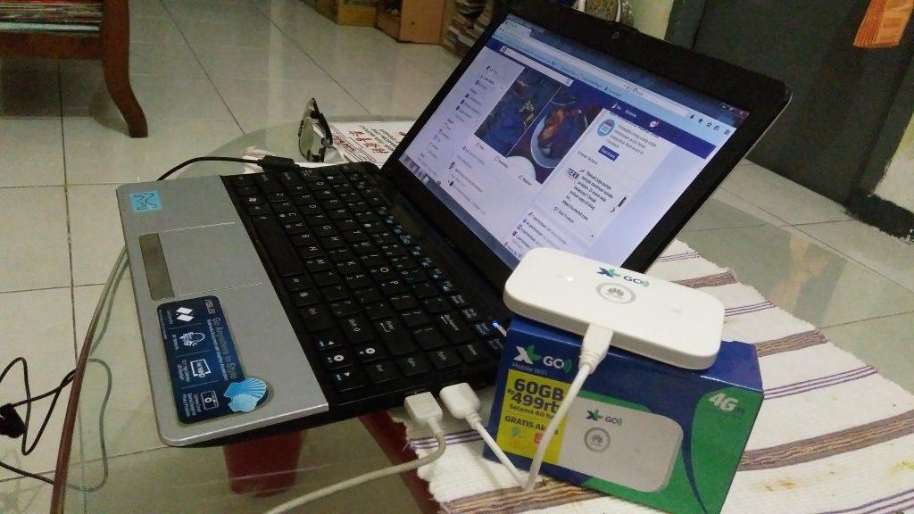 Browsing dengan bantuan Mobile WiFi XL GO (foto Bunda Sitti Rabiah)