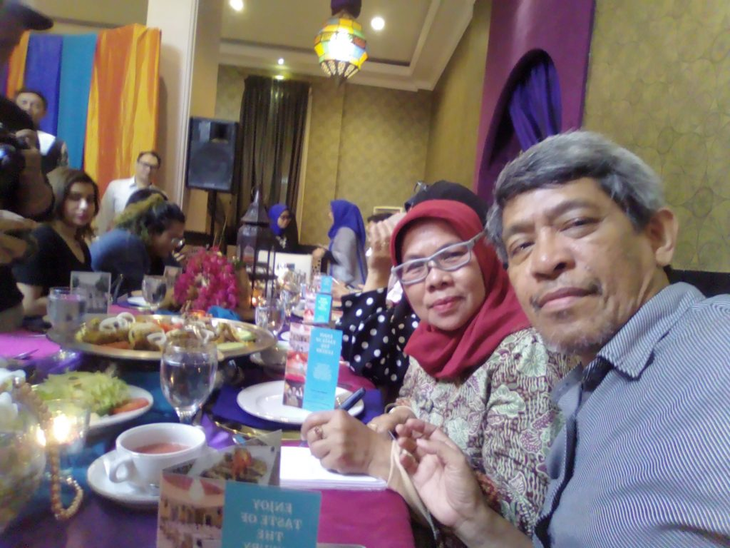 Saya dan suami saat menghadapi meja dengan menu khas Aljazeerah Polonia Restoran (foto dok pribadi