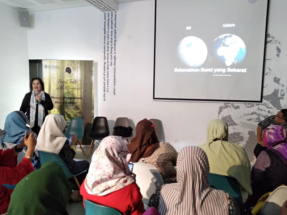 Ibu DR Amanda Katili Niode salah satu narasumber yang tampil di Talkshow YDS (foto: Bunda Sitti Rabiah)
