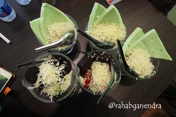 Sop duren dengan variasi roti pandan (foto: Rahab Ganendra)