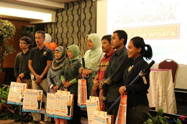 Inilah para pemenang favorit Asia Wisata. Saya berdiri keempat dari kiri (foto: Asia Wisata)