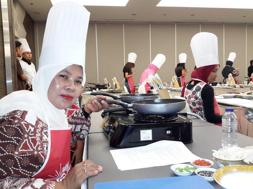 Saya memakai seragam ala chef sebagai peserta demo masak (foto Nur Terbit)
