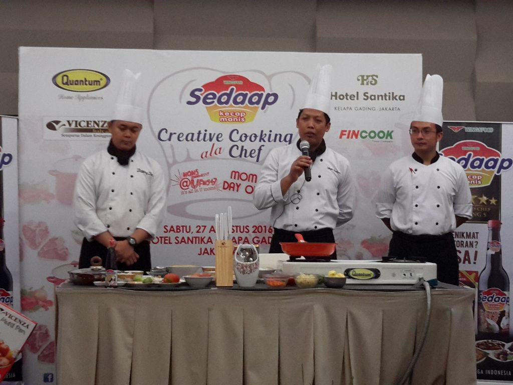 Chef I Wayan Budiarta (tengah) diapit oleh dua asistennya saat memberi pengarahan kepada peserta demo masak (foto Nur Terbit)
