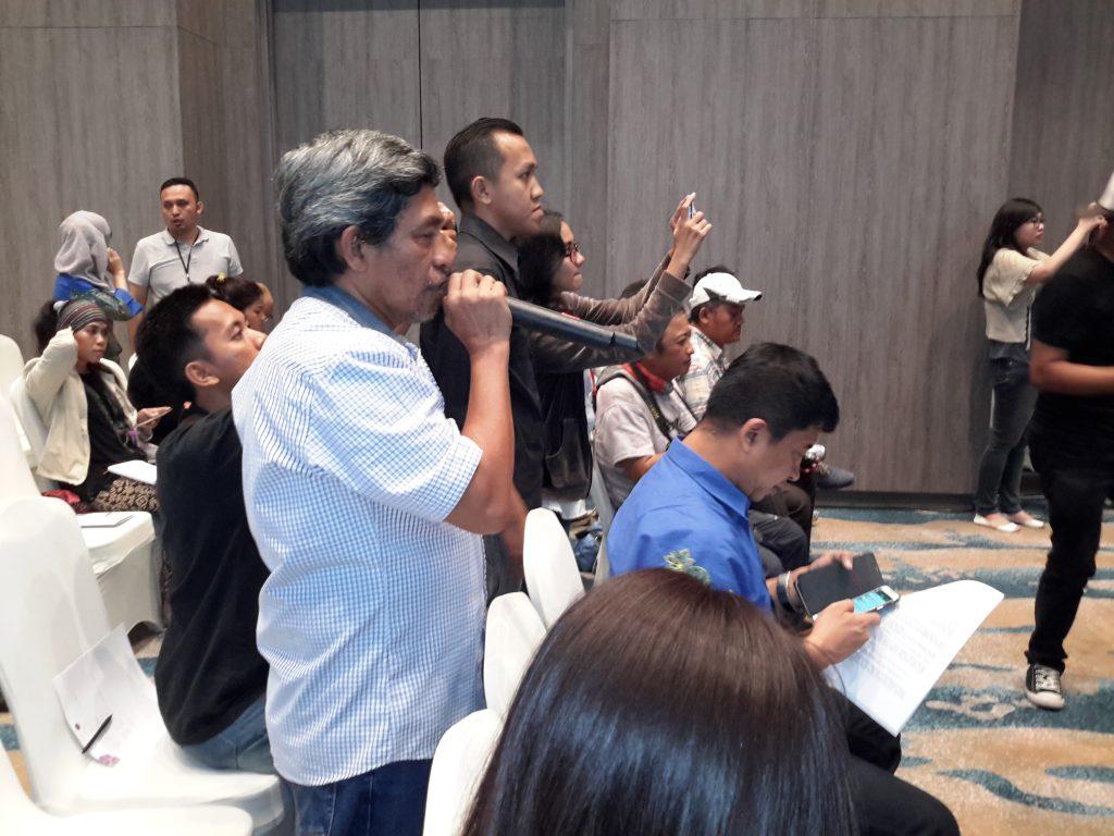 Sesi tanya jawab di acara jumpa pers bersama Iwan Fals. Bang Nur Terbit, sebagai blogger, berdiri sebagai penanya pertama (Foto : Sitti Rabiah)